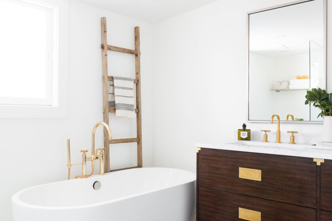Bathroom Decor: Warm Wood Accents